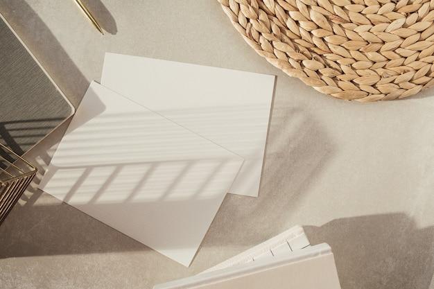 Чистый лист бумаги, украшения на бежевой поверхности