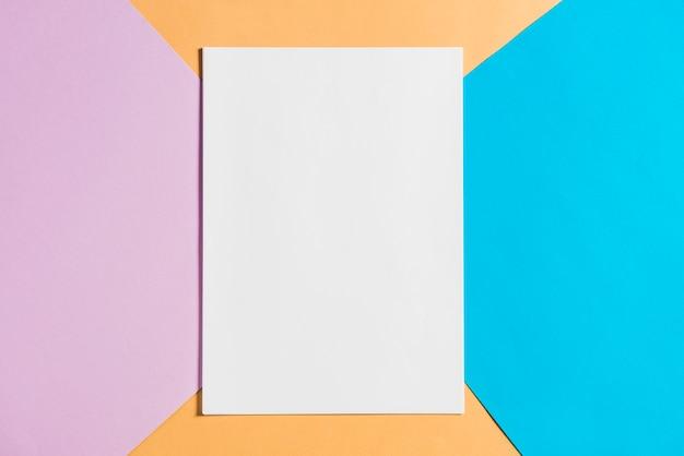 カラフルなペーパーの背景に空の紙のシート