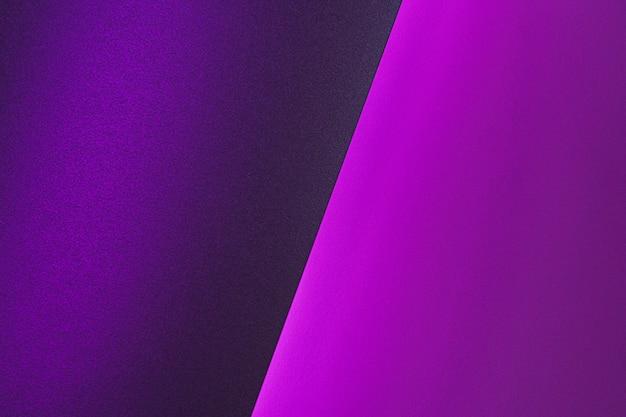 Пустые листы бумаги, свернутые в неоновые фиолетовые освещения крупным планом