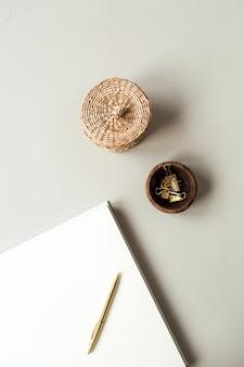 Чистые листы бумаги с пустым местом для копирования текста, ручка, соломенная шкатулка, зажимы на бежевом