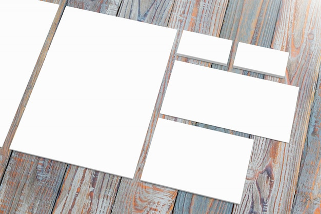 木製の机の上に白紙のひな形を設定