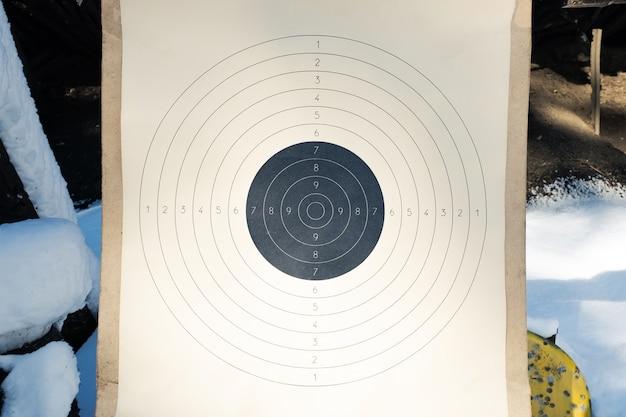 Пустая бумажная мишень с номерами стрельбища