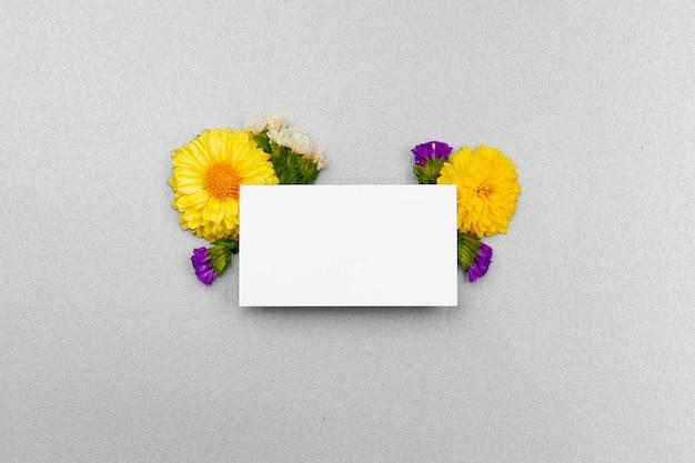 Чистый лист бумаги с копией пространства и вид сверху цветочные бутоны