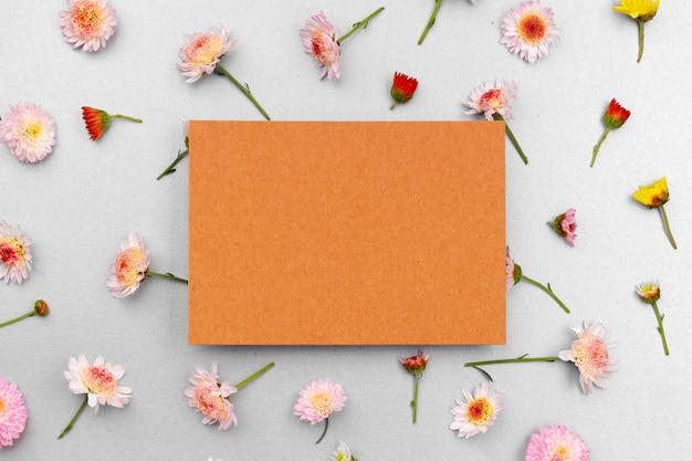 コピースペースと花のつぼみの上面図と白紙