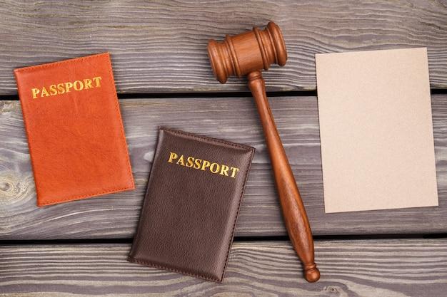 Чистый лист бумаги с молотком и двумя паспортами. копирование концепции иммиграционного суда.