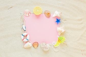 Чистый лист бумаги с морскими раковинами на песке