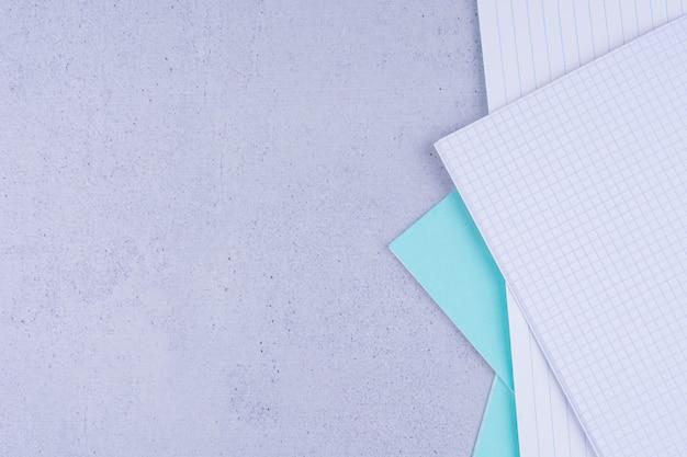 Documenti in bianco isolati su grigio.