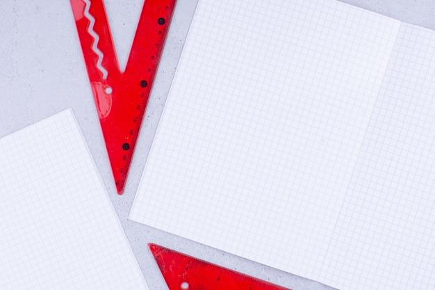 Documenti in bianco con righello rosso per misurare e disegnare