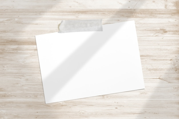Пустая фоторамка приклеена липкой лентой к деревянной фактуре с мягкими тенями для окон глинобитная