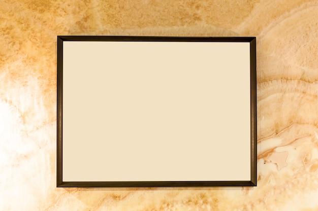 壁に空白のフォトフレーム。空白のフォトフレームと古い壁のテクスチャ
