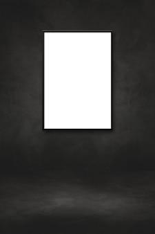 검은 벽에 걸려 있는 빈 액자. 프레젠테이션 목업 템플릿