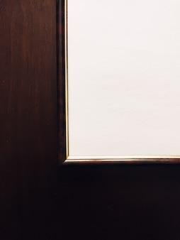 木製の背景に空白の額縁高級家の装飾とインテリアデザインのポスタープリントとプリン...