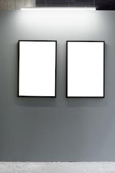 ロフト内部の灰色の壁に空白の額縁