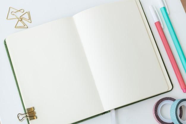 Пустая обычная страница ноутбука со стационарными