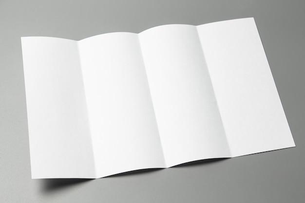 빈 초상화 a4. 회색에 고립 된 브로셔 잡지