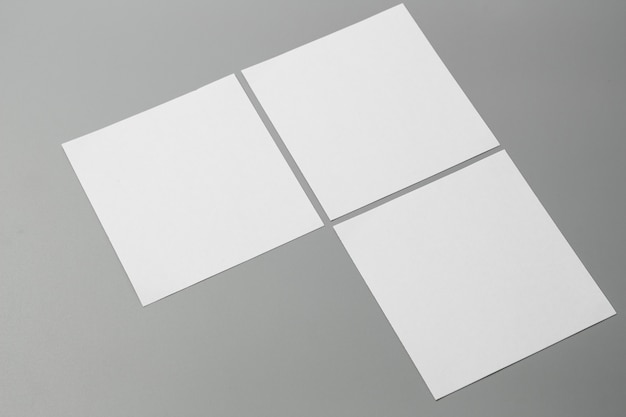 빈 세로 모형 종이입니다. 회색, 변경 가능한 배경에 고립 된 브로셔 잡지