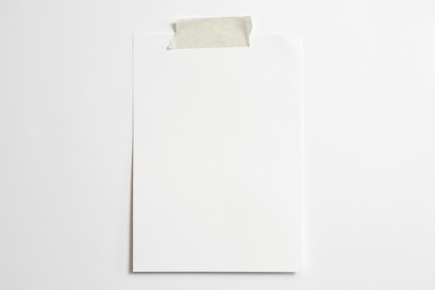 Пустая портретная фоторамка размером 10 x 15 с мягкими тенями и скотчем на белом фоне