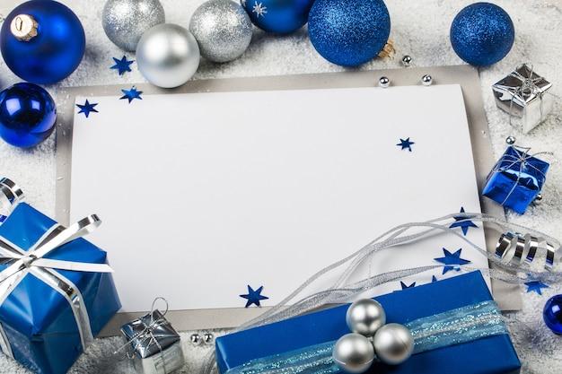 Пустая открытка, новогодние шары и елка на фоне