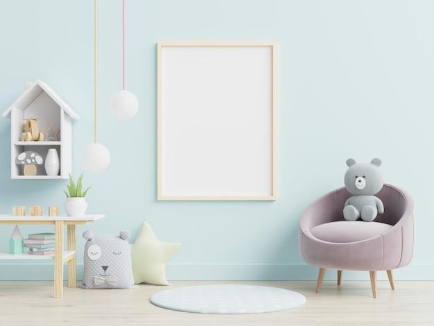 Пустой плакат и игрушки в интерьере детской комнаты.