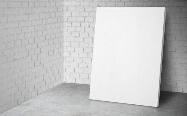 Пустой плакат в углу студии с белой кирпичной стеной и бетонным полом