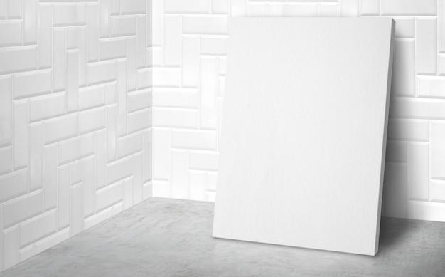 Пустой плакат в угловой комнате студии с белой плиткой стены и бетонный пол фон