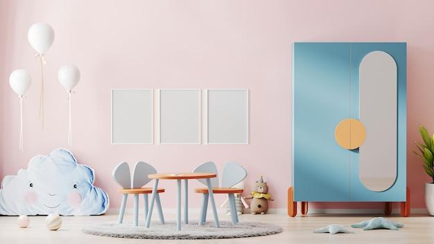 분홍색 벽과 아름다운 어린이 방 인테리어에 빈 포스터 프레임