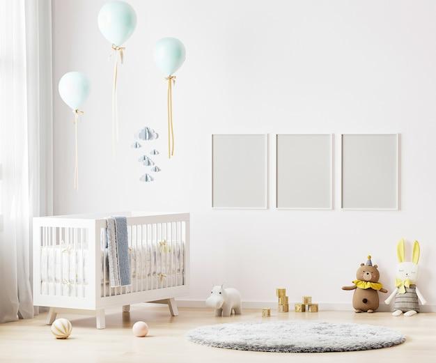 아기 침구와 보육실 내부 배경에 흰 벽에 빈 포스터 프레임