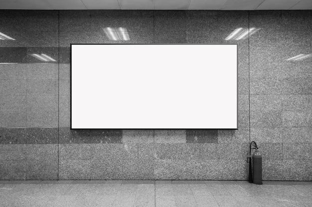地下鉄駅の空白のポスターのモックアップ