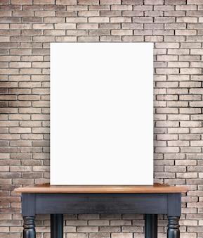 ヴィンテージ木製のテーブル上の空のポスターレンガのタイルの壁で、あなたのコンテンツを追加するためのテンプレート