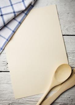 Пустая книга рецептов на деревянном столе