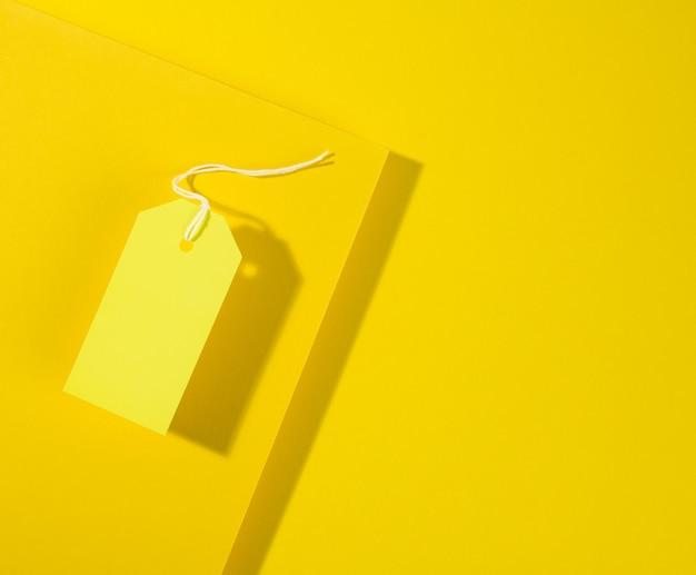 노란색 표면에 흰색 밧줄, 평면 누워 빈 직사각형 종이 노란색 가격표