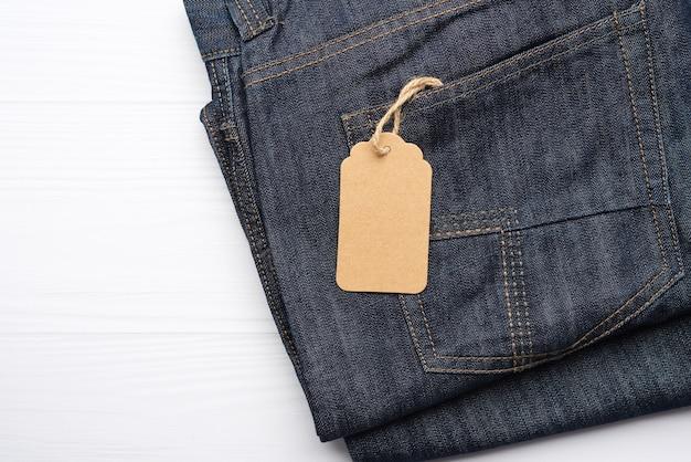 Пустая прямоугольная бирка на заднем кармане джинсов