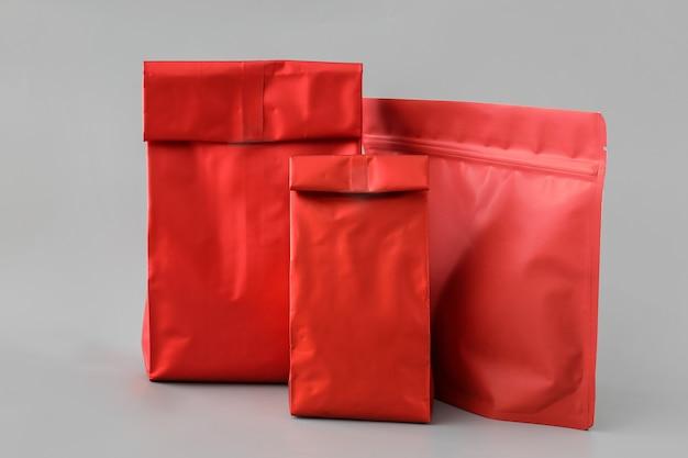회색 표면에 빈 빨간 가방