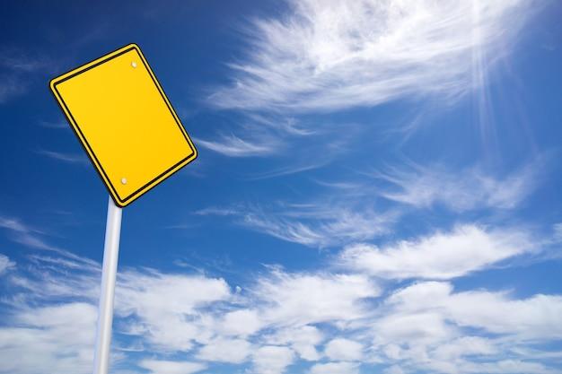 空白の道路標識と青い空の背景