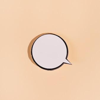 Пустой круглый пузырь речи на бежевом фоне