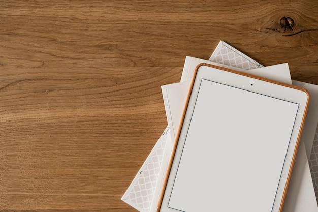 木製のテーブルに空白の画面表示