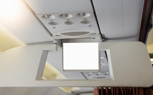Пустой экран на пассажирском сидении в самолете