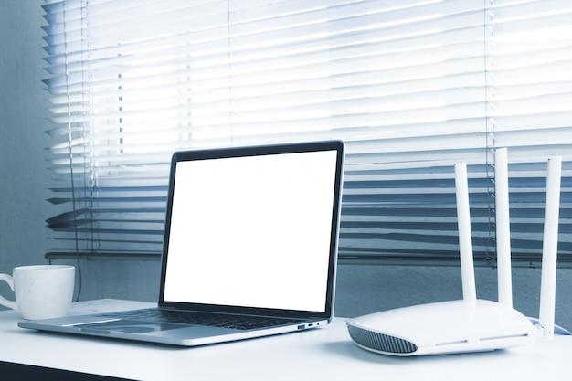 Пустой экран ноутбука и роутера на столе