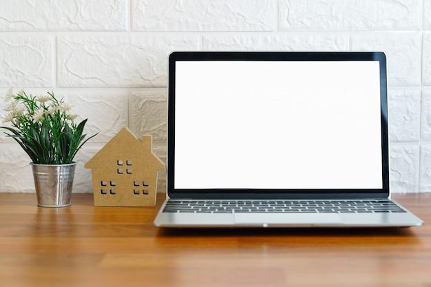 デッキ上の空白の画面のラップトップコンピューター、自宅のテーブルにラップトップと職場、ワークフォームホームコンセプト