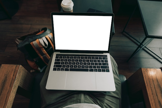 테이블에 빈 화면 노트북 컴퓨터