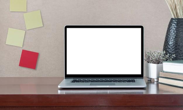 Пустой экран портативного компьютера на деревянном столе