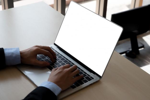空白の画面のラップトップコンピューター