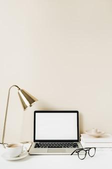空白の画面のラップトップ。ホームオフィスデスクテーブルワークスペース