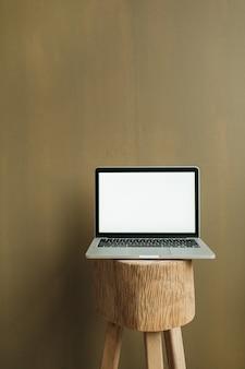 オリーブの空白の画面のラップトップ