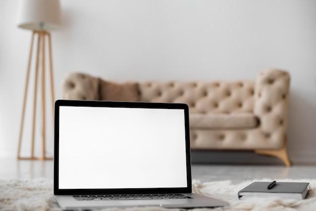 寝室の空白の画面のモダンなラップトップ