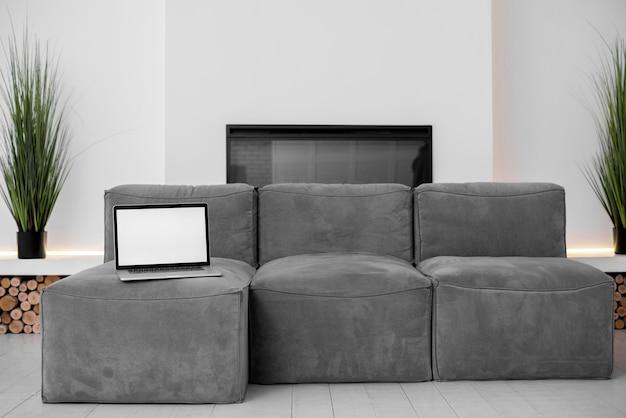 Пустой экран современного ноутбука в спальне