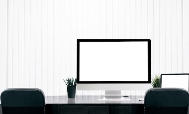 Пустой экран монитора на столике в современном офисе