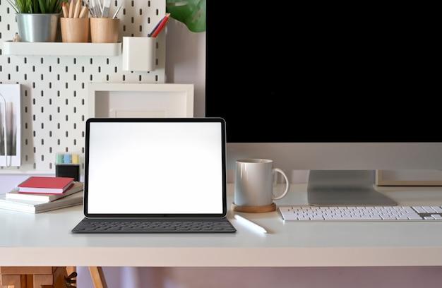 현대 미니멀 책상 작업 공간 테이블 및 복사 공간에 빈 화면 태블릿