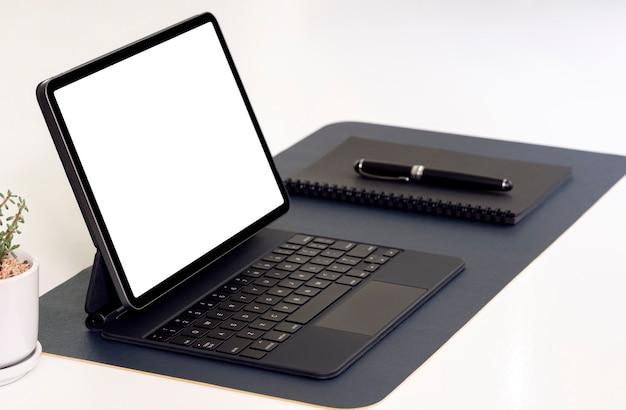 키보드, 노트북 및 펜 흰색 테이블에 빈 화면 태블릿.