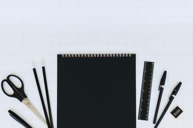 검은 노트북 종이와 편지지의 빈 시트는 흰색 체크 무늬에 설정
